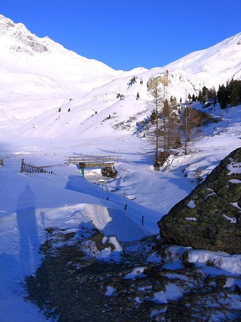 Foto: Andreas Koller / Ski Tour / Hagener Hütte und Greilkopf (2581m) / Über die Brücke geht's zur Hagener Hütte / 03.01.2008 18:00:55