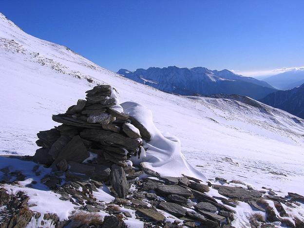 Foto: Andreas Koller / Ski Tour / Hagener Hütte und Greilkopf (2581m) / In der Nähe des Tauernkreuzes trifft man auf einen Steinmann / 03.01.2008 17:57:43