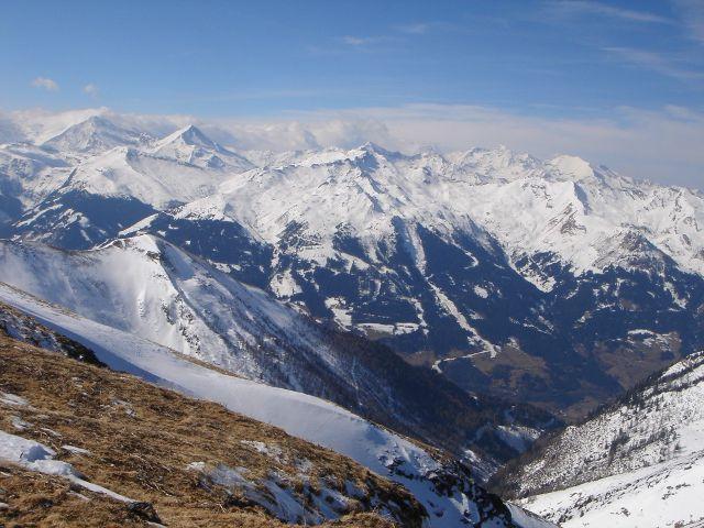 Foto: Manfred Karl / Ski Tour / Über den Frauenkogel zur Badgasteiner Hütte / Im Hintergrund links Goldberggruppe (Hocharn, Ritterkopf), rechts Wiesbachhorn und Hochtenn / 10.01.2008 21:39:46