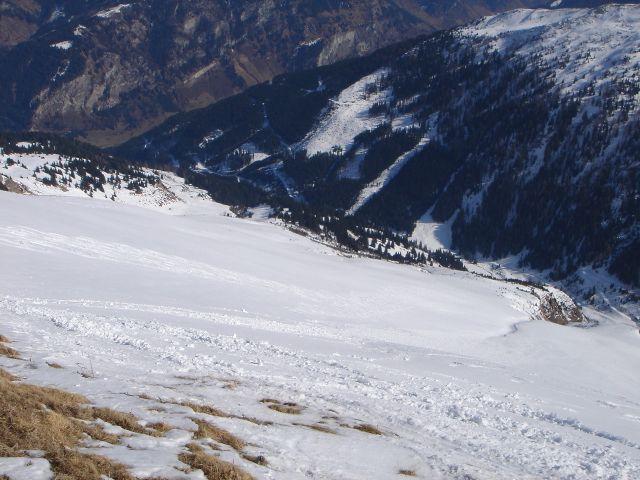 Foto: Manfred Karl / Ski Tour / Über den Frauenkogel zur Badgasteiner Hütte / Tiefblick über die Ostflanke des Frauenkogels. Links am Rand des großen Hanges verläuft der Anstieg. / 10.01.2008 21:36:19