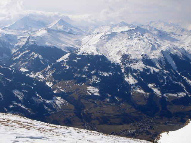 Foto: Manfred Karl / Ski Tour / Über den Frauenkogel zur Badgasteiner Hütte / Blick vom Gamskarkogel über das Gasteiner Tal und Angertal in die Goldberggruppe mit Hocharn und Ritterkopf links im Hintergrund / 10.01.2008 21:23:13
