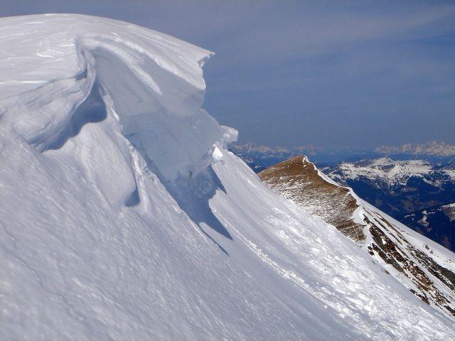Foto: Manfred Karl / Ski Tour / Über den Frauenkogel zur Badgasteiner Hütte / Gipfelwechte mit Frauenkogel im Hintergrund / 10.01.2008 21:20:48
