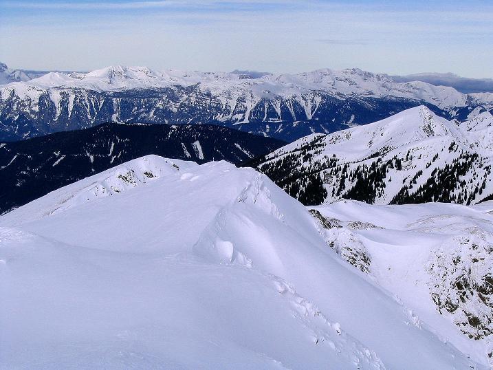 Foto: Andreas Koller / Ski Tour / Zwei Gipfel aus dem Gullinggraben (2196 m) / Der Grat zum Sommereck und das Tote Gebirge / 21.01.2008 15:48:58