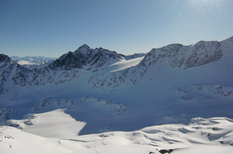 Foto: Thomas Paschinger / Ski Tour / Von Haggen auf die Weitkarspitze / zur Haidenspitze (2975m) davor der Kraspesferner (re); unser Aufstiegsweg führt durch das Becken links unten im Bild / 12.02.2010 16:06:06