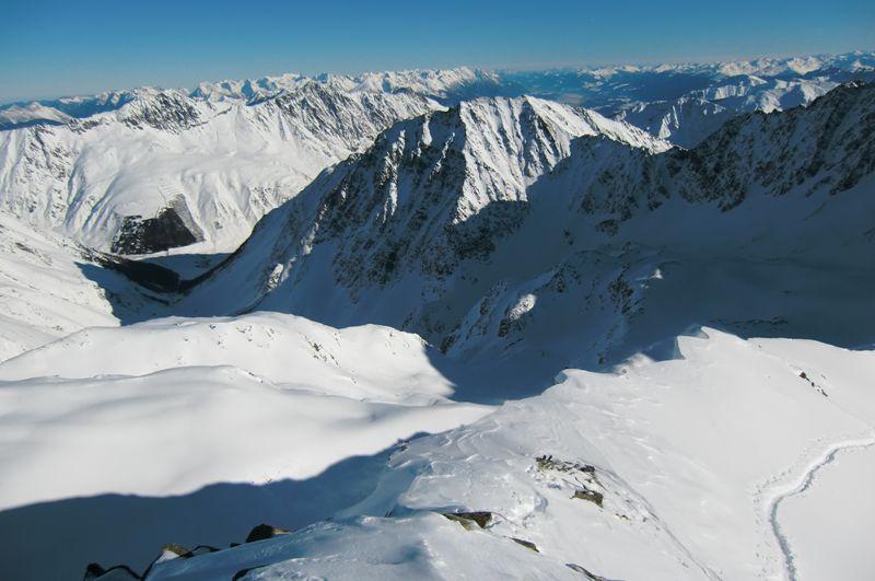 Foto: Thomas Paschinger / Ski Tour / Von Haggen auf die Weitkarspitze / am Ende des Kraspestals im Schatten ist der Ausgangspunkt Haggen zu erkennen / 12.02.2010 16:02:18