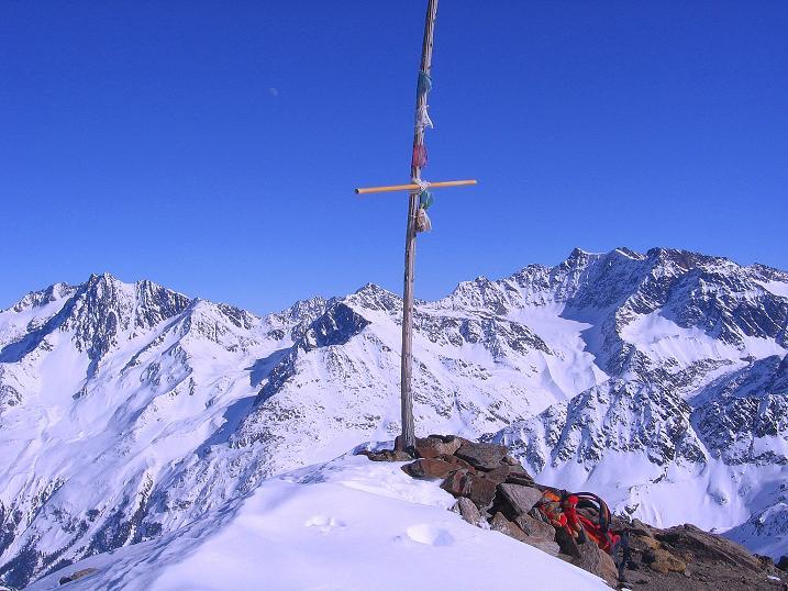 Foto: Andreas Koller / Ski Tour / Kurze Tour auf die Nasse Wand (3046m) / Provisorisches Gipfelkreuz auf der Nassen Wand mit Vorderer Ölgrubenspitze (3452 m) und Hochvernagtspitze (3535 m)  / 16.02.2008 14:06:16