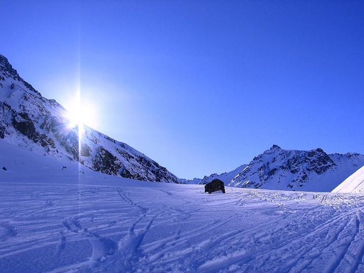 Foto: Andreas Koller / Ski Tour / Pulverschnee am Valzifenzer Grat (2515 m) / Die ersten Sonnenstrahlen erreichen das Valzifenzer Tal / 17.02.2008 01:07:12
