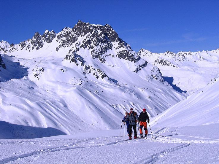 Foto: Andreas Koller / Ski Tour / Pulverschnee am Valzifenzer Grat (2515 m) / Aufstieg zur Zollhütte mit Madrisa (2770 m) im Hintergrund / 17.02.2008 01:03:01