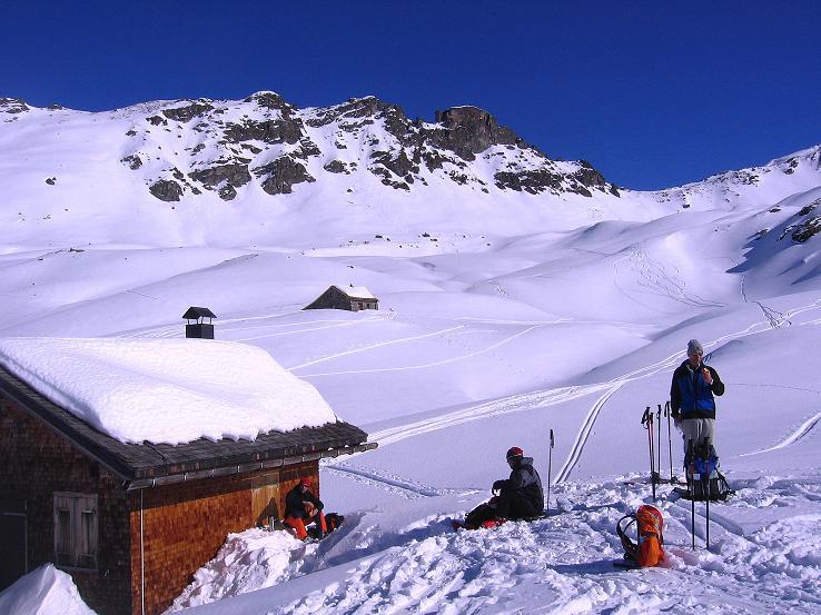 Foto: Andreas Koller / Ski Tour / Pulverschnee am Valzifenzer Grat (2515 m) / Rast bei der Zollhütte / 17.02.2008 01:01:46