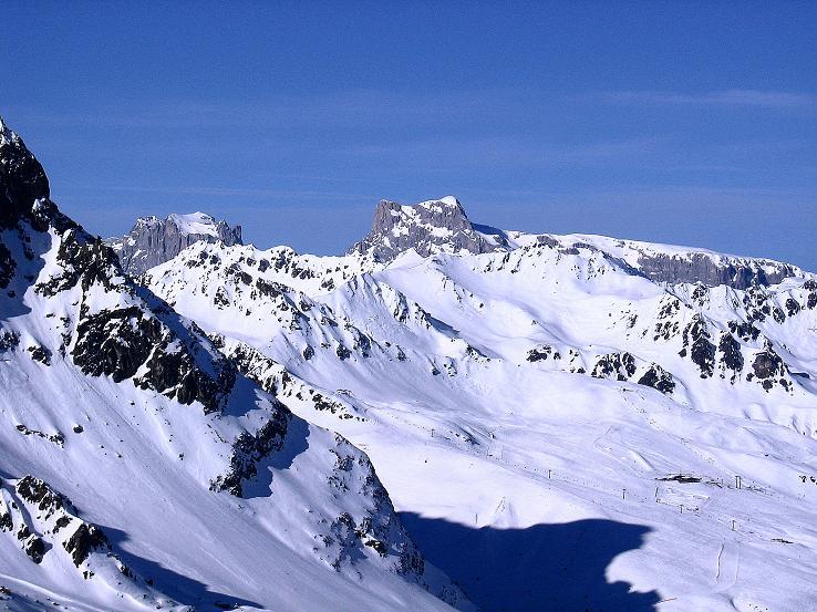 Foto: Andreas Koller / Ski Tour / Pulverschnee am Valzifenzer Grat (2515 m) / Im NW grüßen Drusenfluh (2834 m) und Sulzfluh (2818 m) / 17.02.2008 00:56:03