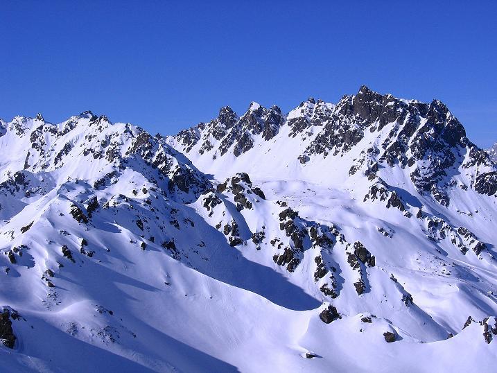 Foto: Andreas Koller / Ski Tour / Pulverschnee am Valzifenzer Grat (2515 m) / Blick zur Madrisa (2770 m) / 17.02.2008 00:54:55