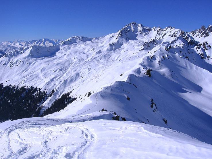Foto: Andreas Koller / Ski Tour / Pulverschnee am Valzifenzer Grat (2515 m) / Blick vom Gipfel nach W und hinab ins Schlappin / 17.02.2008 00:54:22