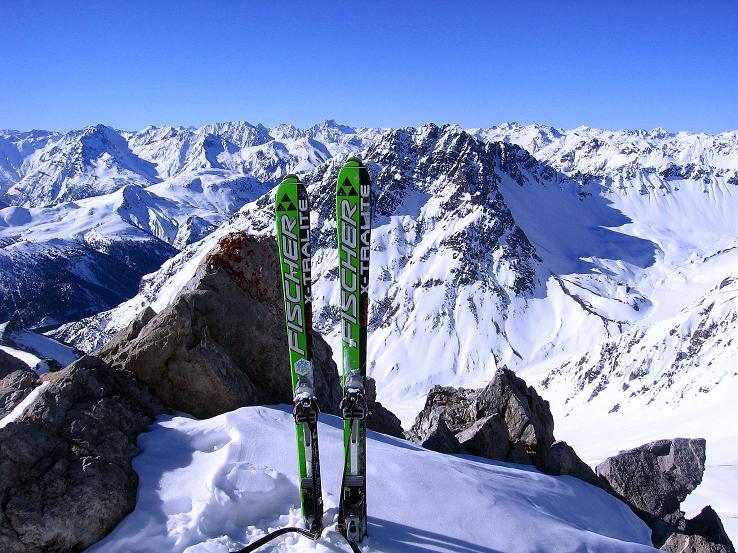 Foto: Andreas Koller / Ski Tour / Piz Vallatscha - unbekannte Tour im Engadin (3021 m) / Skidepot kurz unterhalb des Vorgipfels / 18.02.2008 01:42:17
