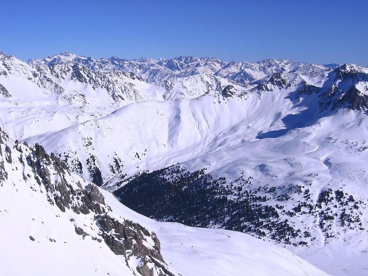 Foto: Andreas Koller / Ski Tour / Piz Vallatscha - unbekannte Tour im Engadin (3021 m) / Blick über das Val S-charl hinweg nach N / 18.02.2008 01:37:07