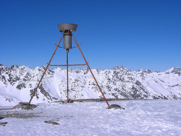 Foto: Andreas Koller / Ski Tour / Gipfelrunde im Fimbertal (3009 m) / Niederschlagsmesser am Piz da Val Gronda / 19.02.2008 23:48:27