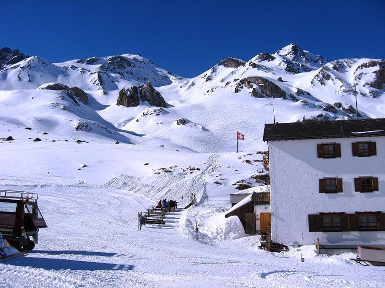 Foto: Andreas Koller / Ski Tour / Gipfelrunde im Fimbertal (3009 m) / Heidelbergerhütte, darüber Heidelberger Spitze (2963 m, rechts) und Larainfernerspitze (links) / 19.02.2008 23:44:40