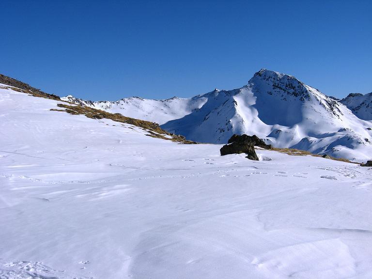 Foto: Andreas Koller / Ski Tour / Gipfelrunde im Fimbertal (3009 m) / Von der Mulde unterhalb des Gipfels blickt man zum Piz Mottana (2928 m) / 19.02.2008 23:40:19