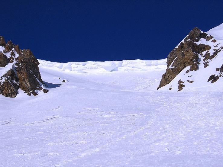 Foto: Andreas Koller / Ski Tour / Piz Minschun - Aussichtsloge hoch über dem Engadin (3068 m) / Bedrohlich hängt die Gratwächte in den Aufstiegshang / 21.02.2008 20:08:18
