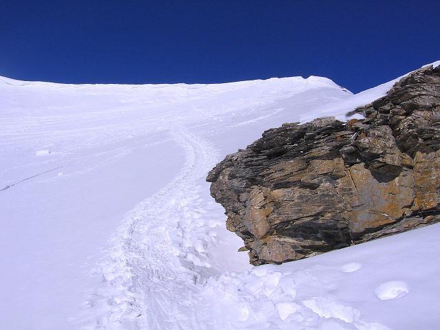Foto: Andreas Koller / Ski Tour / Piz Minschun - Aussichtsloge hoch über dem Engadin (3068 m) / Man steuert die Wächte ganz rechts an, wo sie am flachsten ist. / 21.02.2008 20:06:27