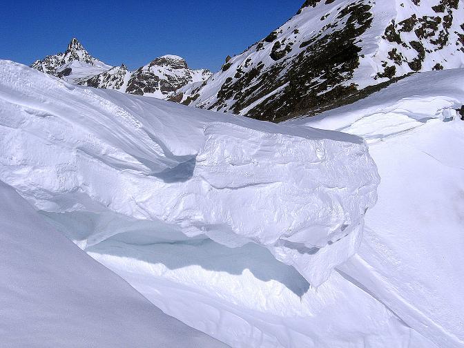 Foto: Andreas Koller / Ski Tour / Piz Minschun - Aussichtsloge hoch über dem Engadin (3068 m) / Eine mächtige Wächte versperrt den Zugang zum Sattel. Das Fluchthorn (3399 m) schaut herüber. / 21.02.2008 20:06:05