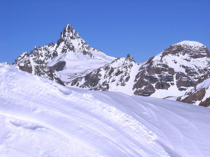 Foto: Andreas Koller / Ski Tour / Piz Minschun - Aussichtsloge hoch über dem Engadin (3068 m) / Über die Wächte ragt das Fluchthorn (3399 m) / 21.02.2008 20:05:26