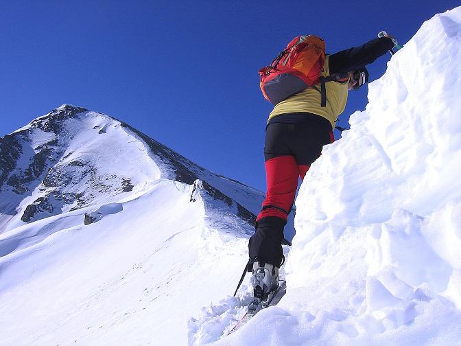 Foto: Andreas Koller / Ski Tour / Piz Minschun - Aussichtsloge hoch über dem Engadin (3068 m) / Die Wächte zum Sattel muss überwunden werden; im Hintergrund der Piz Minschun / 21.02.2008 20:05:02