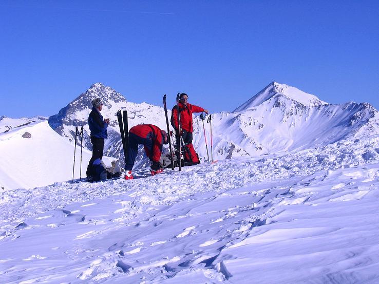 Foto: Andreas Koller / Ski Tour / Piz Minschun - Aussichtsloge hoch über dem Engadin (3068 m) / Rast am Sattel zwischen Piz Minschun und Piz Oscar (2951 m) / 21.02.2008 20:03:13