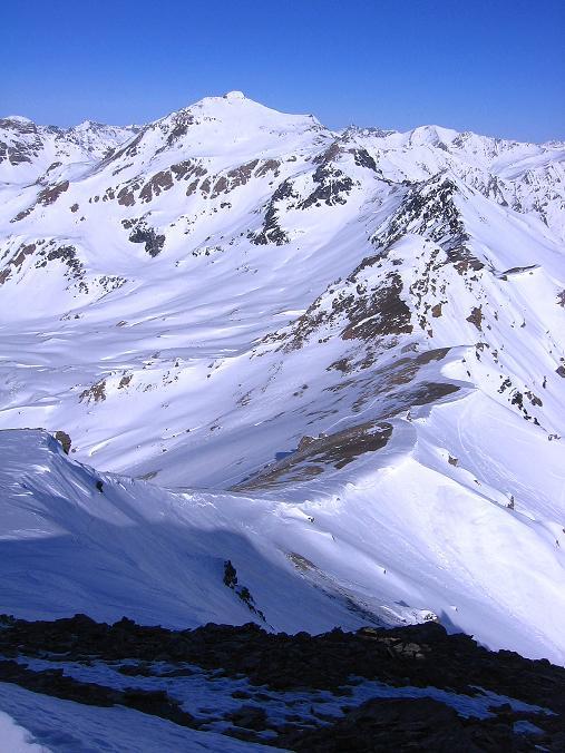 Foto: Andreas Koller / Ski Tour / Piz Minschun - Aussichtsloge hoch über dem Engadin (3068 m) / Blick vom Gipfel in den Sattel zum Piz Osacar (2951 m) bzw. auf den Piz Tasna (3179 m) / 21.02.2008 19:57:59