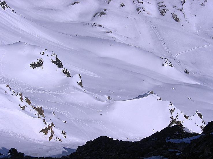 Foto: Andreas Koller / Ski Tour / Piz Minschun - Aussichtsloge hoch über dem Engadin (3068 m) / Blick vom Gipfel auf die Abfahrtsrampe nach Scuol / 21.02.2008 19:57:20