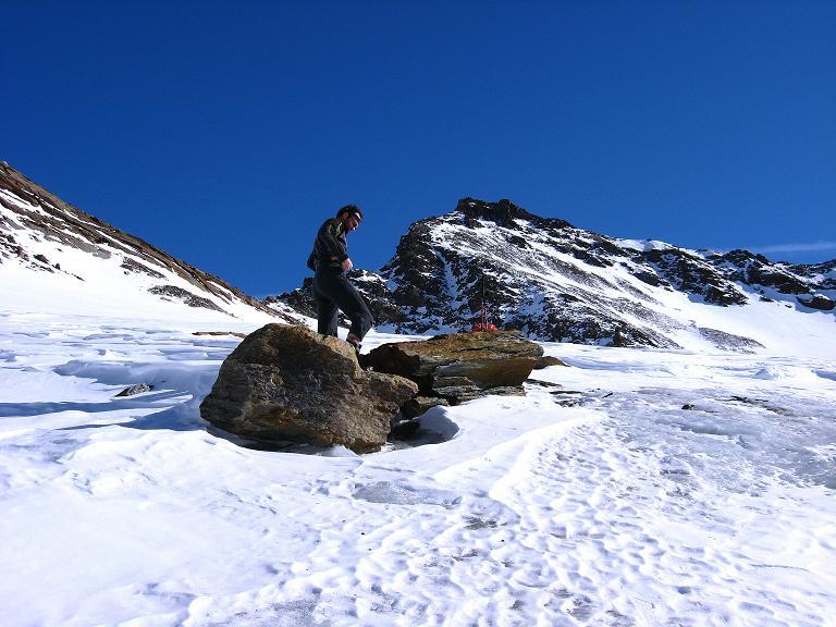 Foto: Andreas Koller / Ski Tour / Durch das Rosimtal auf die Schildspitze (3461m) / Rast am Rosimferner mit Blick auf das Ziel, die Schildspitze / 22.02.2008 02:20:25