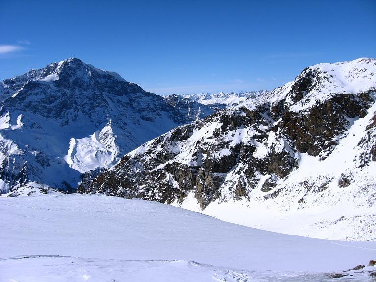 Foto: Andreas Koller / Ski Tour / Durch das Rosimtal auf die Schildspitze (3461m) / Blick vom Rosimferner zum Ortler (3905 m) und weiter nach SW / 22.02.2008 02:19:56