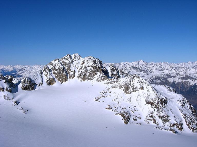 Foto: Andreas Koller / Ski Tour / Durch das Rosimtal auf die Schildspitze (3461m) / Über dem Laaser Ferner der Hohe Angelus (3521 m), im Hintergrund die Weißkugel (3739 m) / 22.02.2008 02:17:42
