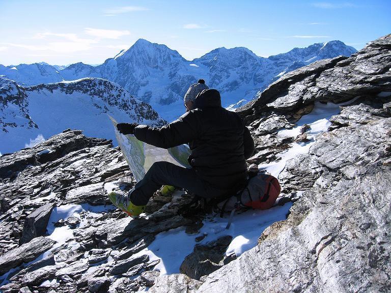 Foto: Andreas Koller / Ski Tour / Durch das Rosimtal auf die Schildspitze (3461m) / Kartenstudium am Gipfel / 22.02.2008 02:16:56