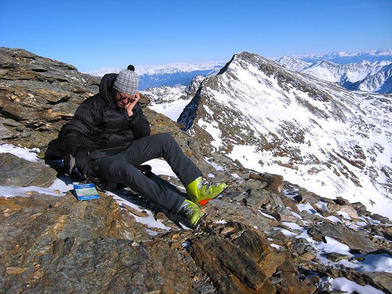 Foto: Andreas Koller / Ski Tour / Durch das Rosimtal auf die Schildspitze (3461m) / Gipfelrast gegen die benachbarten Pederspitzen (3462 m) / 22.02.2008 02:15:41