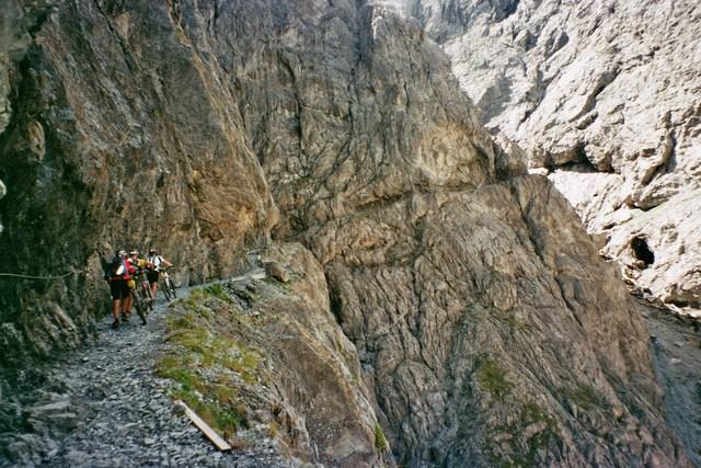 Foto: Jürgen Lindlbauer / Mountainbike Tour / Nauders-SurEn-Val d´Unia Schlucht-Sesvennahütte-Reschensee / langer schottriger Anstieg / 24.02.2008 19:49:35