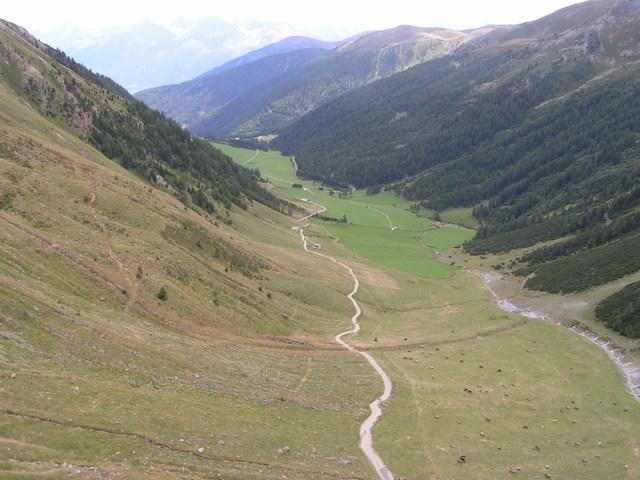 Foto: Jürgen Lindlbauer / Mountainbike Tour / Nauders-SurEn-Val d´Unia Schlucht-Sesvennahütte-Reschensee / Blick nach Schlinig mit langem Downhill auf Schotterstraße / 24.02.2008 19:41:07