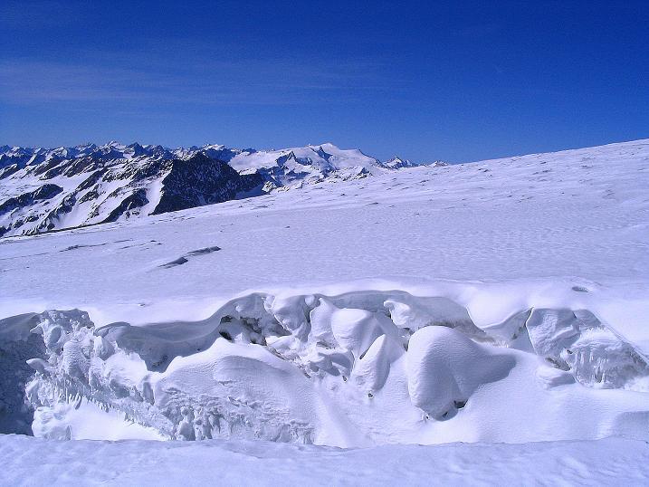 Foto: Andreas Koller / Ski Tour / Im Banne des Großglockners auf den Teufelskamp (3511m) / Über die Spalte hinweg Blick zum Großvenediger (3674 m) / 26.02.2008 21:27:24