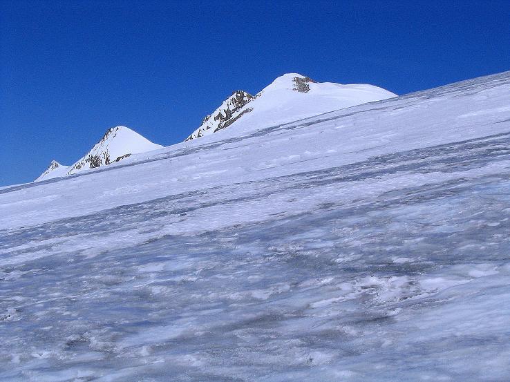 Foto: Andreas Koller / Ski Tour / Im Banne des Großglockners auf den Teufelskamp (3511m) / Über dem Teischnitzkees schauen Romariswandkopf (3511 m), Schneewinkelkopf (3475 m) und Eiskögele (3426 m) hervor / 26.02.2008 21:26:31