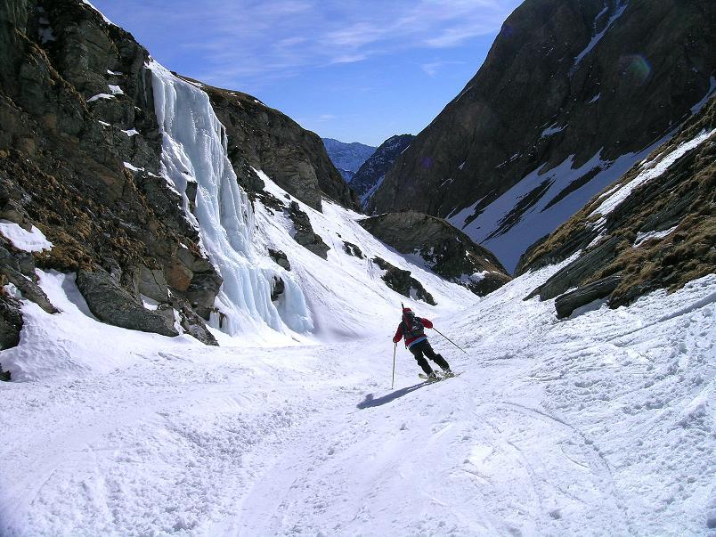 Foto: Andreas Koller / Ski Tour / Im Banne des Großglockners auf den Teufelskamp (3511m) / Abfahrt durch die Engstelle zur Lucknerhütte / 26.02.2008 21:20:36