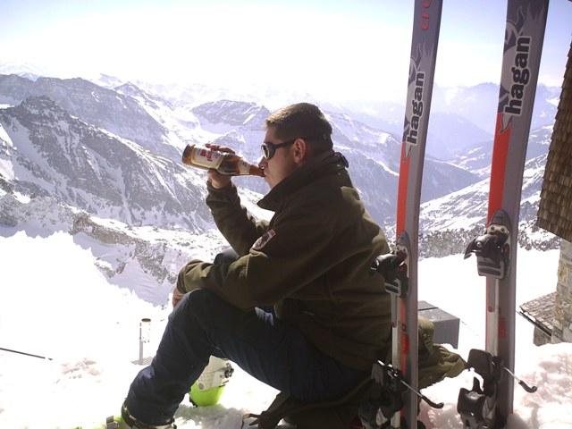 Foto: strassi21 / Ski Tour / Von Kolm Saigurn auf den Sonnblick / Ein wohlverdientes Bierchen am Gipfel. / 06.03.2008 13:53:17