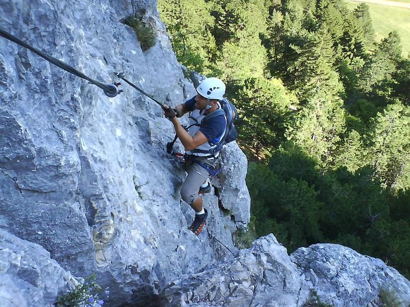 Foto: AbsolutAlpin.at / Klettersteig Tour / HTL - Steig / Alex im steilen Pfeiler vor dem Steigbuch / 10.03.2008 14:46:08