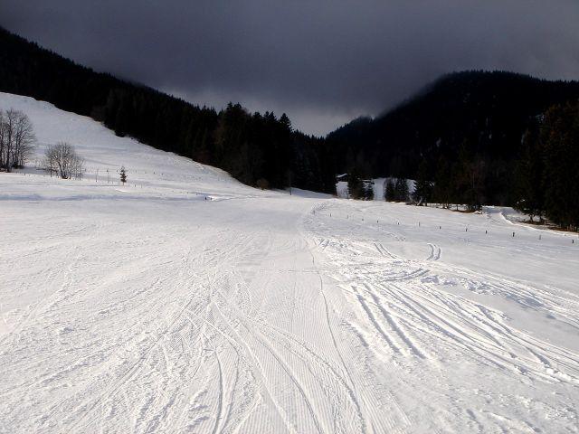Foto: Manfred Karl / Ski Tour / Von St. Martin auf den Korein / Zielrichtung ist der bewaldete Einschnitt, man hält sich auf der rechten Piste in Richtung des Bauernhauses / 14.03.2008 07:46:32