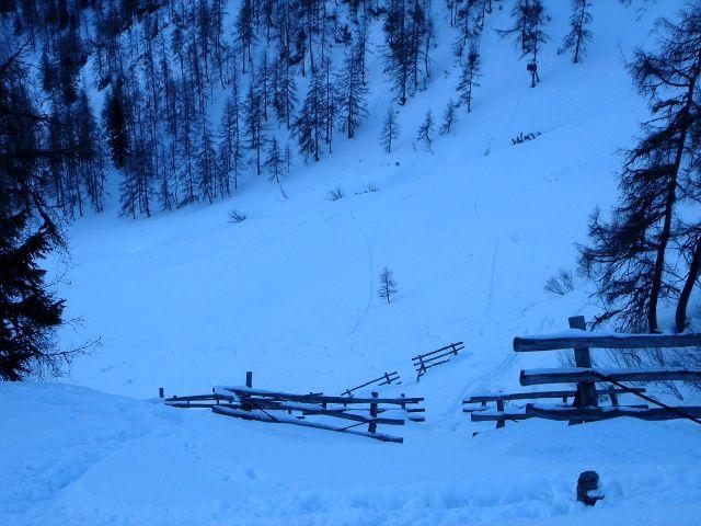 Foto: Manfred Karl / Ski Tour / Von St. Martin auf den Korein / Oft wird auch zwischen den Lawinenverbauungen in die Hänge eingefahren - aber nur bei stabilen Verhältnissen! / 14.03.2008 07:39:57