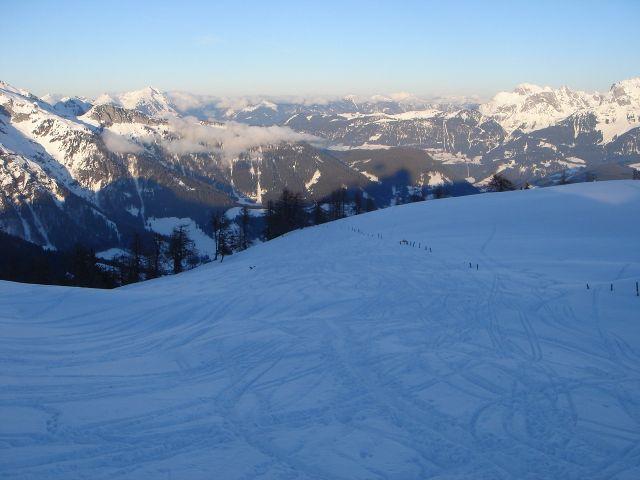 Foto: Manfred Karl / Ski Tour / Von St. Martin auf den Korein / Die vielen Spuren in der Mulde unter dem Gipfel zeigen an, dass es sich um eine recht beliebte Tour handelt. / 14.03.2008 07:38:01