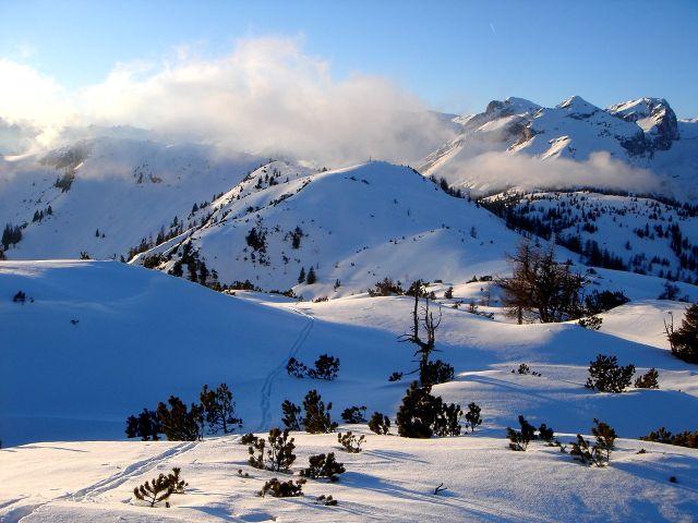 Foto: Manfred Karl / Ski Tour / Von St. Martin auf den Korein / Blick vom Haupgipfel zur Koreinhöhe, rechts im Hintergrund ein Teil des Tennengebirges / 14.03.2008 07:26:19