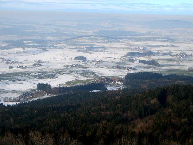 Foto: Manfred Karl / Wander Tour / Ein Berg für alle Jahreszeiten / Alpenvorland, links ein Teil des Wallersees / 15.03.2008 15:35:26