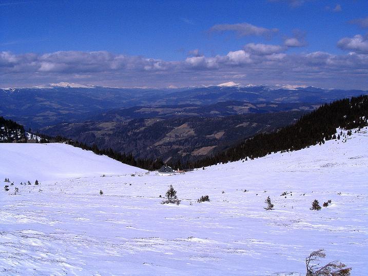 Foto: Andreas Koller / Ski Tour / Tour Goldhaube: Von der Weinebene auf die Koralpe (2140m) / Blick vom Aufstieg zur Hühenrstütze über die Grillitschhütte hinweg nach NW zum Zirbitzkogel (2396 m) und zur Saualpe (2079 m) / 20.03.2008 03:18:42