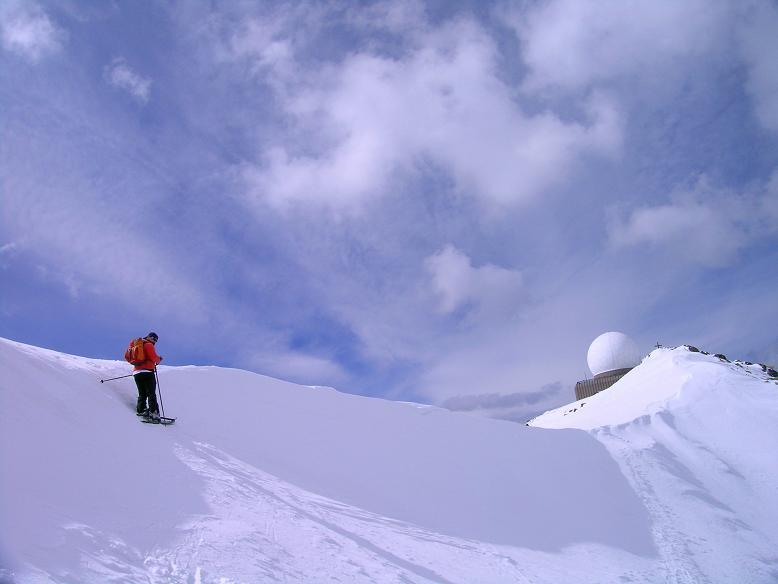 Foto: Andreas Koller / Ski Tour / Tour Goldhaube: Von der Weinebene auf die Koralpe (2140m) / An der Wechte und Blick auf den Speikkogel-Gipfel / 20.03.2008 03:14:19