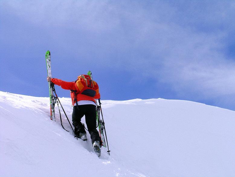 Foto: Andreas Koller / Ski Tour / Tour Goldhaube: Von der Weinebene auf die Koralpe (2140m) / Die letzten Schritte über die Wechte sind besser zu Fuß zu bewältigen / 20.03.2008 03:13:58