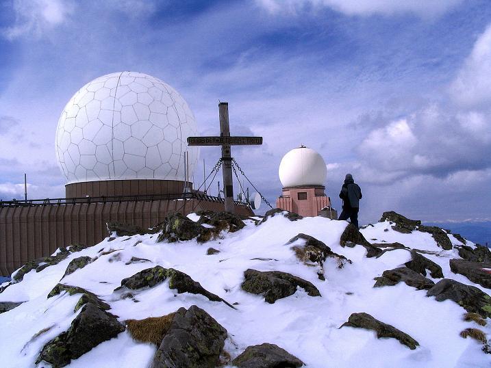 Foto: Andreas Koller / Ski Tour / Tour Goldhaube: Von der Weinebene auf die Koralpe (2140m) / Gipfelkreuz und Radarkuppeln